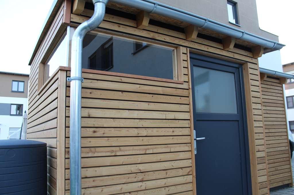 Gerätehaus mit blickrichtung erste Tür und oberes Fenster